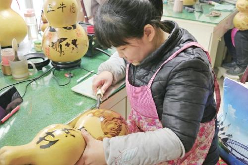 山东聊城 葫芦饰品绘牛迎春